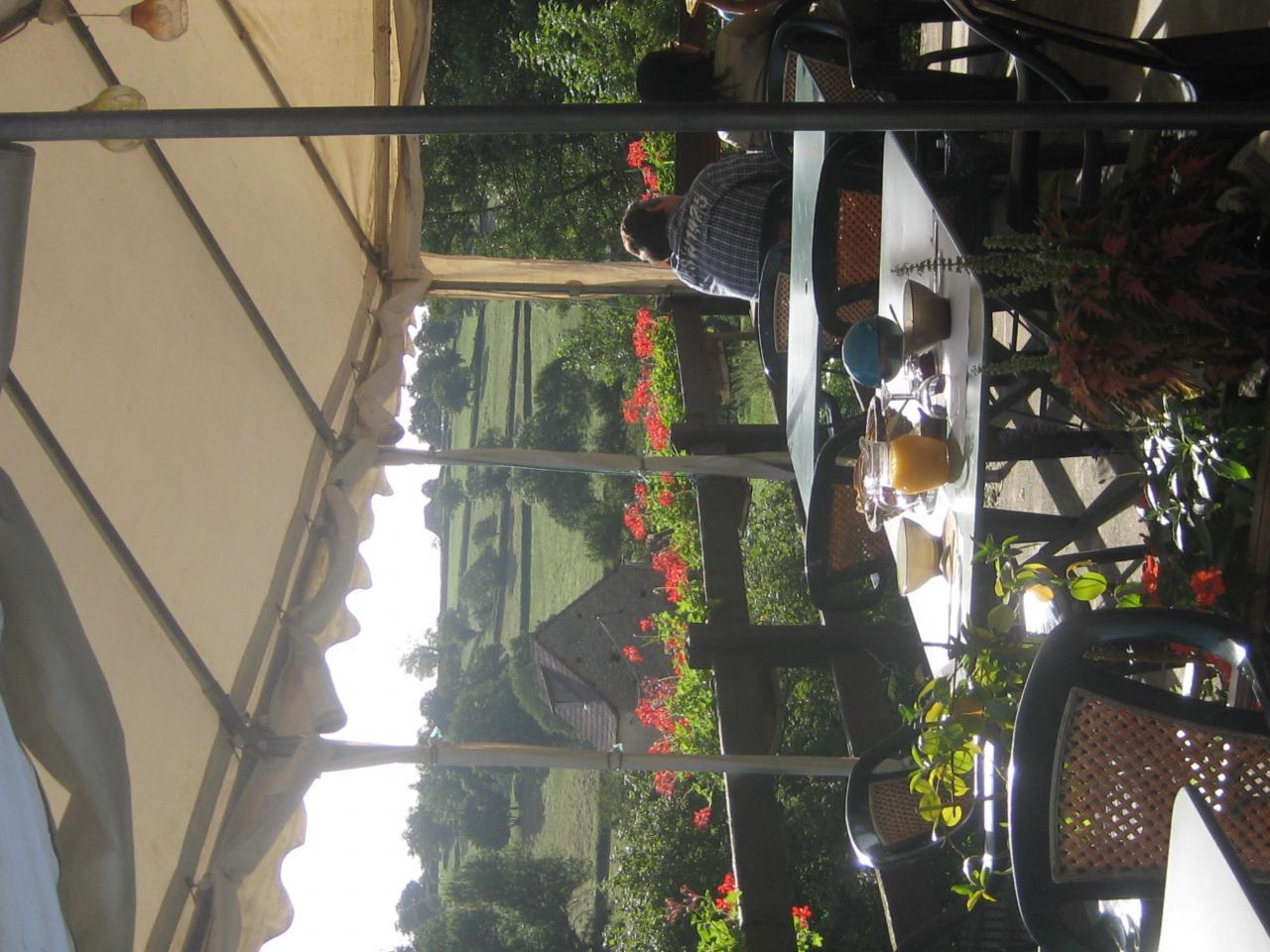 un petit déjeuner sur la terrasse